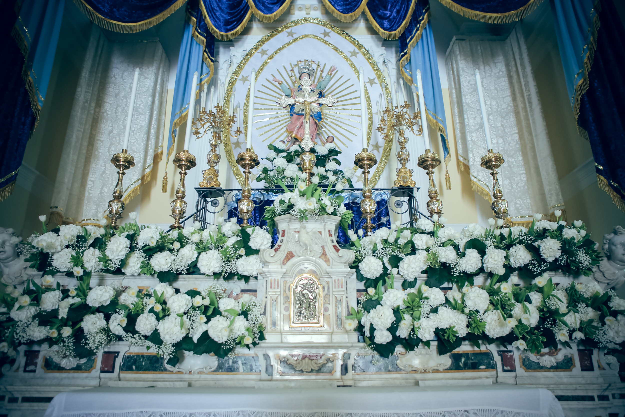 art-of-perfection-event-design-luxury-destination-wedding-planner-italy-white-blue-flower-alter