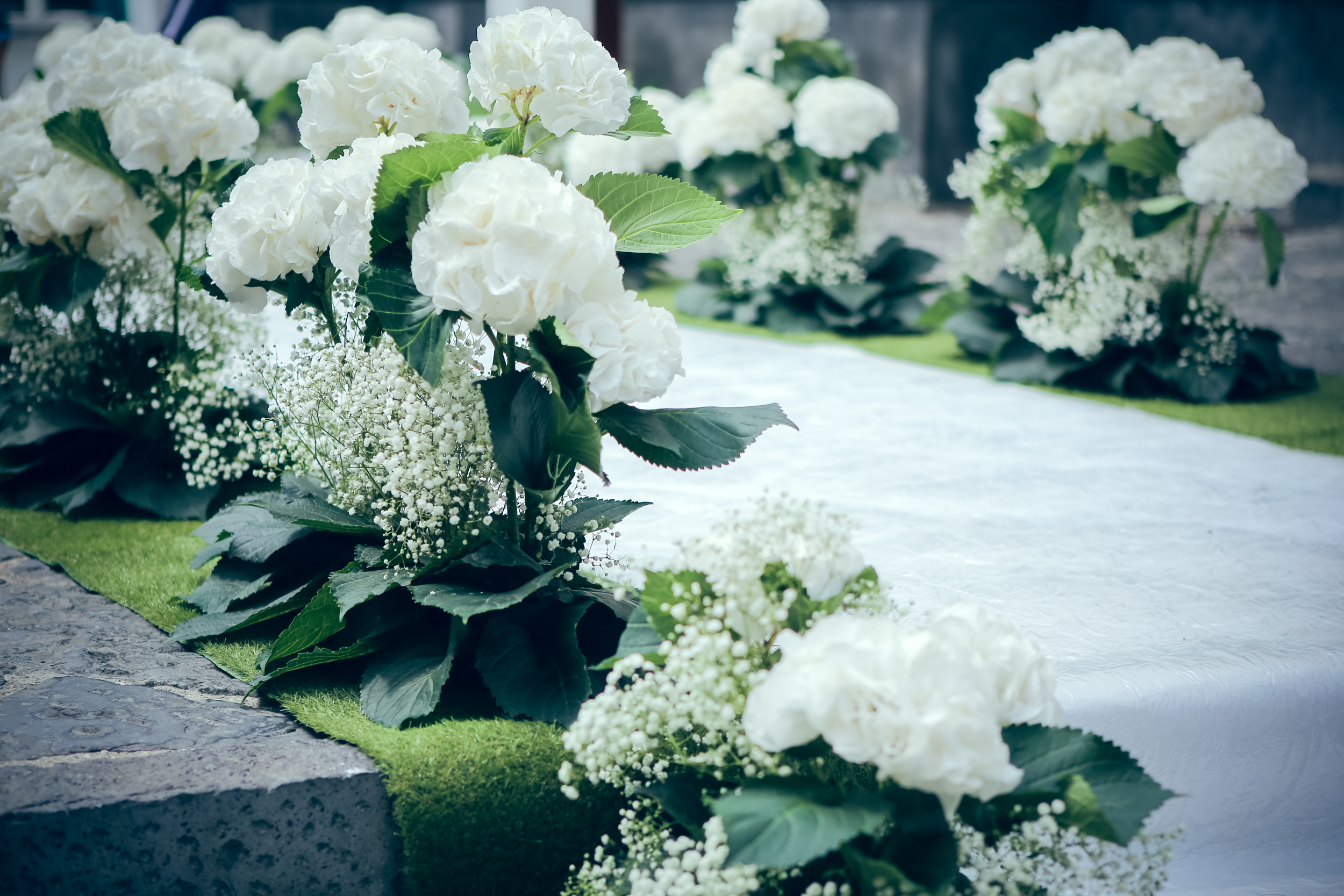art-of-perfection-event-design-luxury-destination-wedding-planner-italy-white-green-flower-aisle