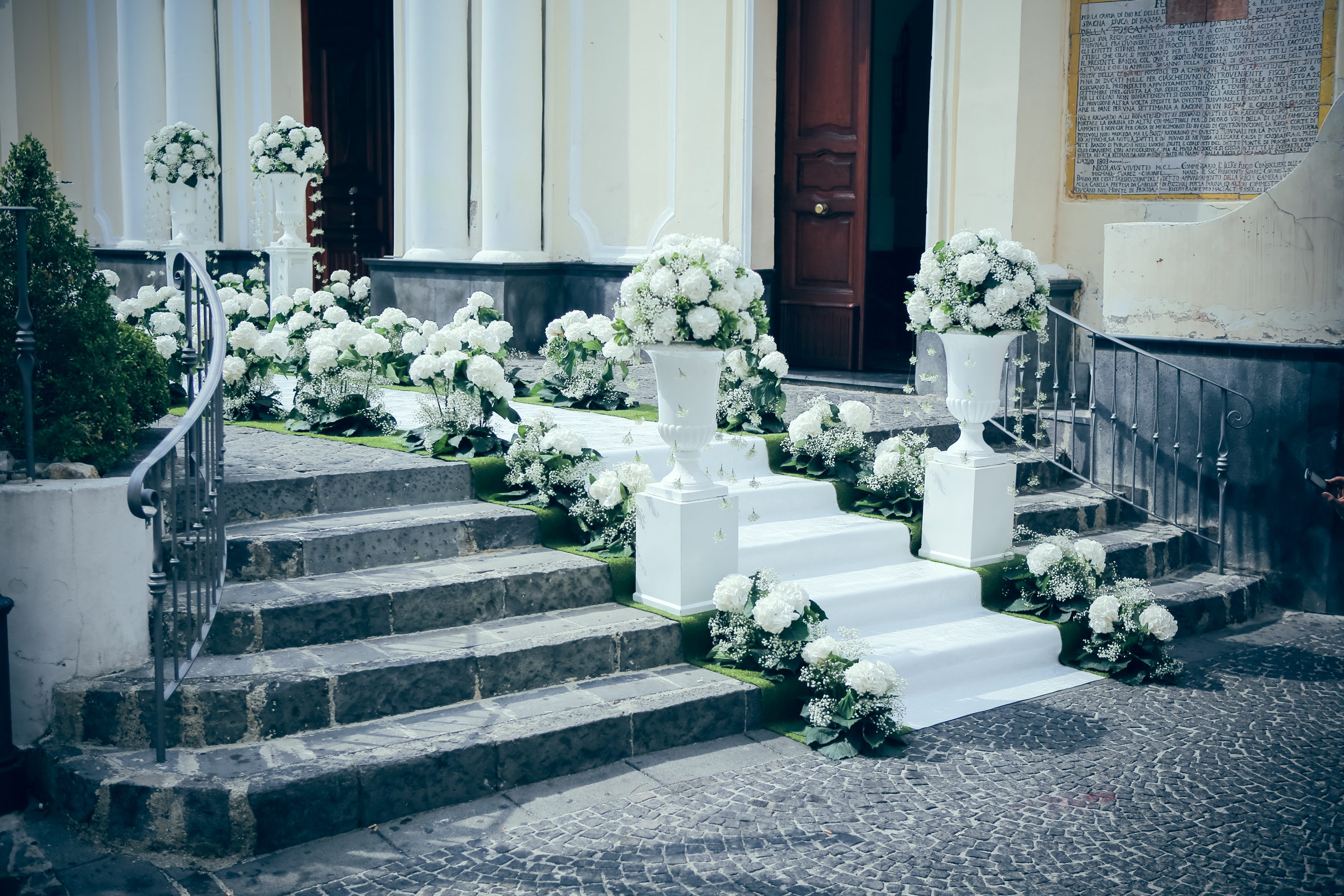 art-of-perfection-event-design-luxury-destination-wedding-planner-italy-white-green-flower-down-the-aisle